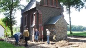 Kijk en luister mee tijdens het vervolgonderzoek naar kapel in Reuver uit ver verleden