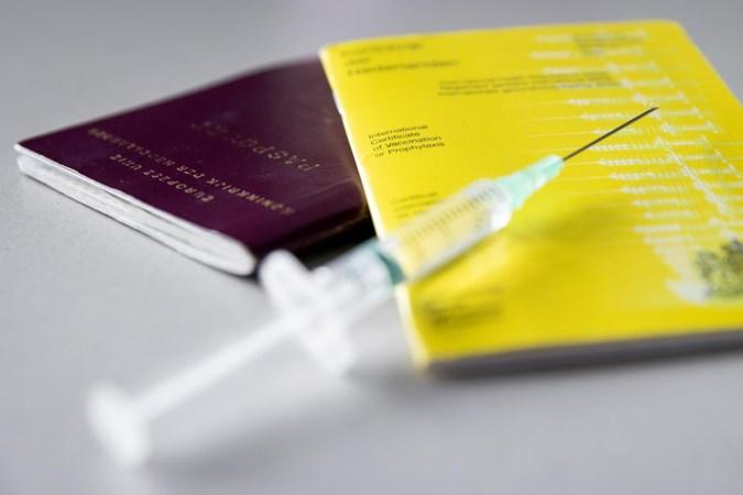 CDA in Kamervragen: Hugo de Jonge moet bij Duitsers aandringen om vaccinatiebewijs in Nederlands te accepteren