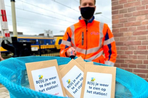 NS en ProRail heten reizigers welkom met gratis zakje zaden op station Weert