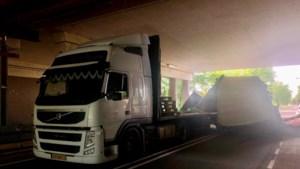 Vrachtwagen knalt tegen splinternieuw portaal onder viaduct A79 bij Voerendaal