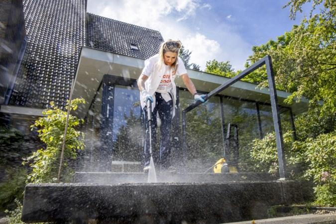 Máxima aan de slag met hogedrukspuit, Willem-Alexander wiedt onkruid tijdens NLdoet