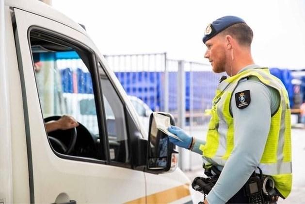 Bestuurder busje met zeven illegalen op A2 bij Elsloo aangehouden