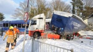 Tijdelijke afsluiting spoorwegovergang in Grubbenvorst na ongeluk met vrachtwagen