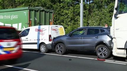 Video: A2 bij Born weer open na ernstig ongeval met meerdere voertuigen