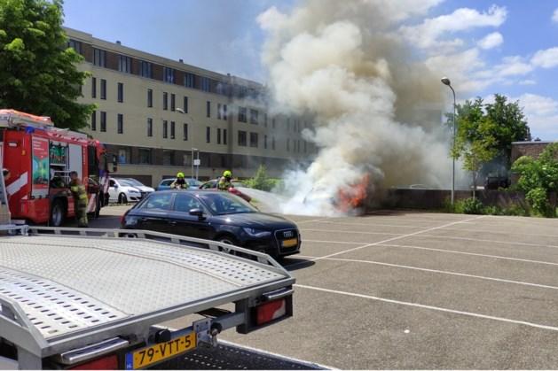 Auto brandt volledig uit op parkeerplaats in Maastricht