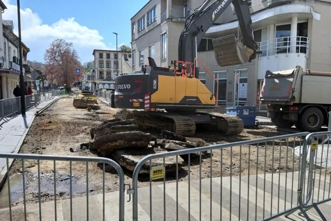Gat in wegdek Wilhelminalaan Valkenburg waarschijnlijk veroorzaakt door ingestorte riolering