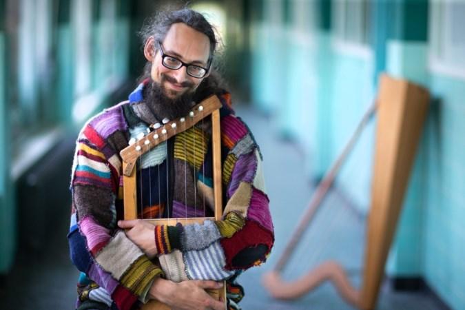 Artiest uit Sittard die al harp spelend over Markt 'vloog' met eenwieler beroofd van zijn rijwiel