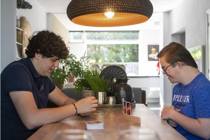 Mantelzorger Pepijn (17) zorgt ondanks tegenslagen al jaren voor tweelingbroer: 'Zit diep in hem'