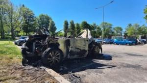 Politie vermoedt dat brand in auto op parking Glanerbrook werd aangestoken