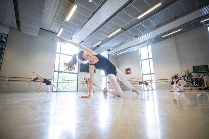 Voormalige topdanser Myrthe van Opstal begeleidt jong danstalent in Venlo, scholieren trekken na wiskunde de ballerina's aan