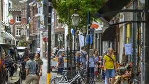 Ondernemers en bewoners willen Rechtstraat in Maastricht vroeger autovrij