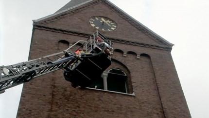 Video: Brandweer redt parkiet uit kerktoren