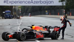 Gecrashte Max Verstappen blijft leider in wereldkampioenschap na oerdomme fout Hamilton bij herstart