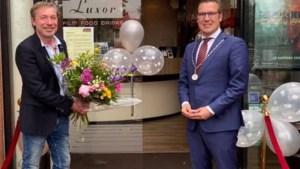 Burgemeester Beesel heropent bioscoop Reuver, eerste bezoeker in de watten gelegd