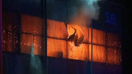 Video: Brand bij afvalverwerkingsbedrijf in Roermond zorgt voor flinke rookontwikkeling