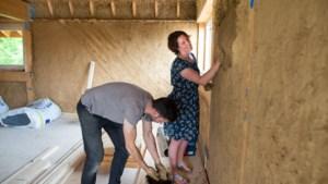 Huis van stro bouwen in Schinnen: 'Met je handen in de <I>pratsj</I>, daar word je rustig van'