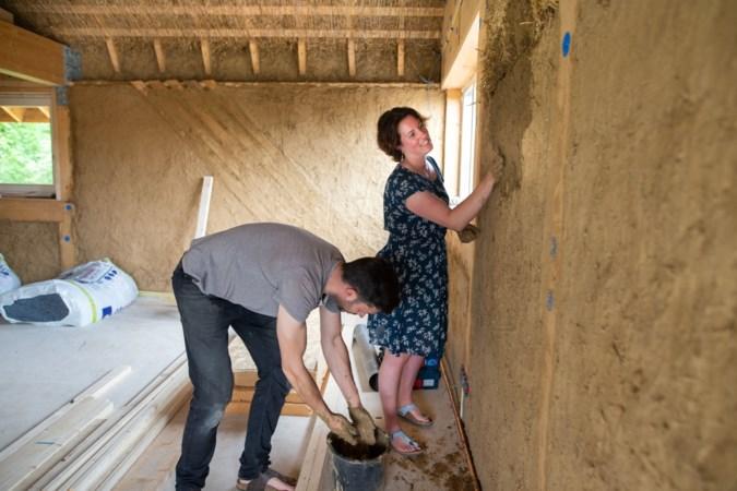 Huis van stro bouwen in Schinnen: 'Met je handen in de pratsj, daar word je rustig van'
