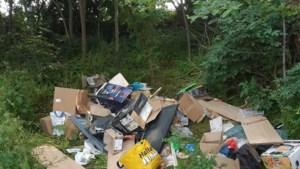 Dode hond in koffer tussen afval, politie zoekt getuigen