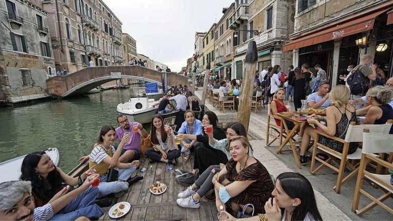 Grote delen Italië en Oostenrijk van oranje naar geel, vakanties mogen weer