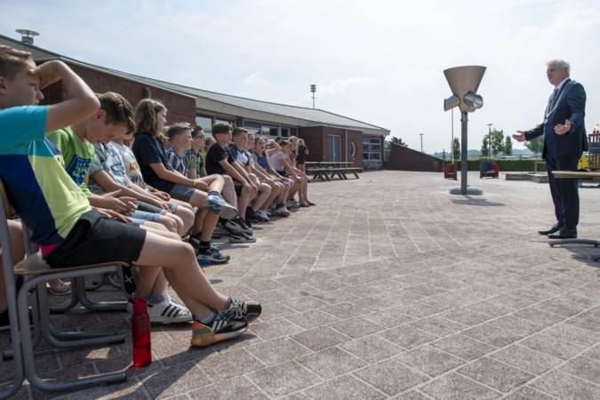 Kinderen vragen burgemeester Geurts van Beekdaelen het hemd van het lijf: 'Wanneer komt er een verbod op ballonnen?'