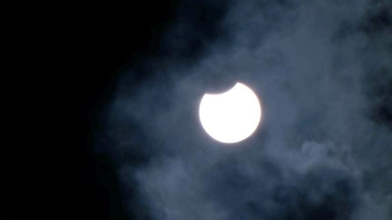 Video: Gedeeltelijke zonsverduistering te zien boven Limburg