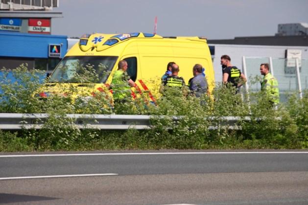 Auto tolt tegen middengeleider op snelweg A76