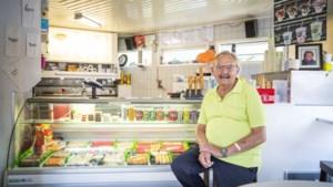 Frietenbakker André (70) uit Griendtsveen na dik 50 jaar: 'Ik haal mijn frietjes pas eruit als ze in het vet liggen te fluiten'
