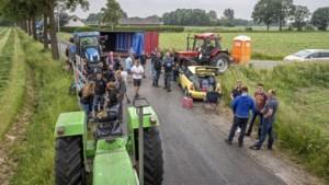 Boeren blokkeren toegang naar afgebrand varkensbedrijf in Nederweert