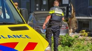 Auto ramt ingang flatgebouw Kerkrade na hartaanval bestuurder