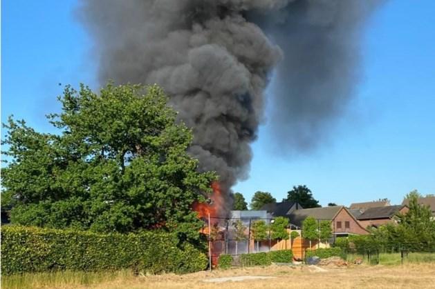 Flinke rookwolken te zien in Maastricht door uitslaande brand in Riemst