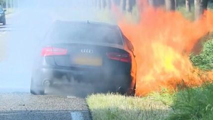 Video: Auto vliegt tijdens het rijden in brand in Stevensweert
