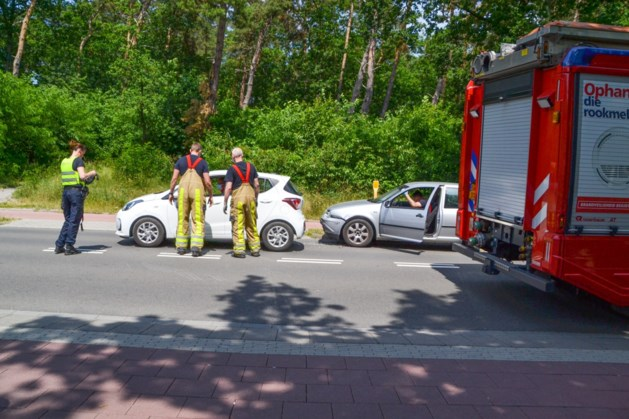 Auto's botsen op elkaar in Landgraaf: twee gewonden