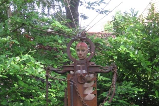 Aanstootgevend beeld 'Bloedende Madonna' van Jos Beurskens uit Beesel staat nu in een andere tuin