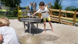 Na meer dan twee jaar verbouwen is de spiksplinternieuwe speeltuin 't Weike in Geleen weer open én rolstoelproof