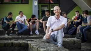 Gert Verbrugghen uit Herkenbosch geeft les op een school waar mobieltjes in de kluis liggen