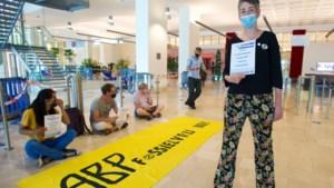 Actievoerders weigeren weg te gaan uit hal van ABP in Heerlen