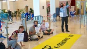 Actievoerders bezetten kantoorhal tot ABP stopt met fossiele beleggingen