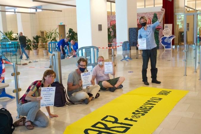 Actievoerders bezetten hal tot ABP stopt met fossiele beleggingen