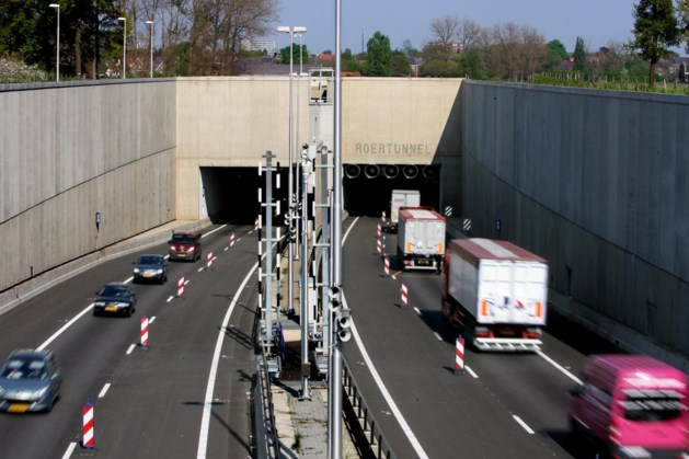 Roertunnel gesloten wegens gecrashte vrachtwagen; lange file op de A73