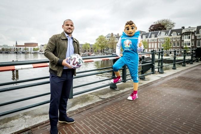 Vergeleken met Koning Toto Wesley Sneijder is Koning camping Frank de Boer qua houding en gedrag een verademing