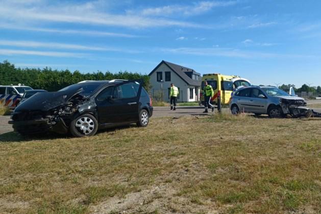 Twee auto's botsen frontaal op elkaar; één gewonde