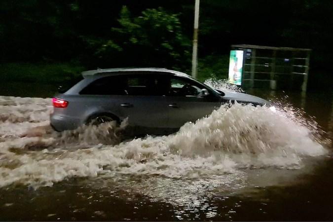 Stormschade in Limburg: boom valt op auto en straten staan blank