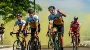 180 kilometer fietsen om armlastige Fortuna-fans aan seizoenskaart te helpen: 'Het is één grote familie'