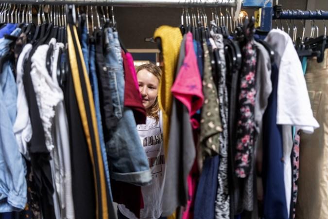 Gratis 'kledingwinkel' voor kroost Roermondse minima: 'kunnen deze kinderen na de zomer ook in het nieuw naar school'