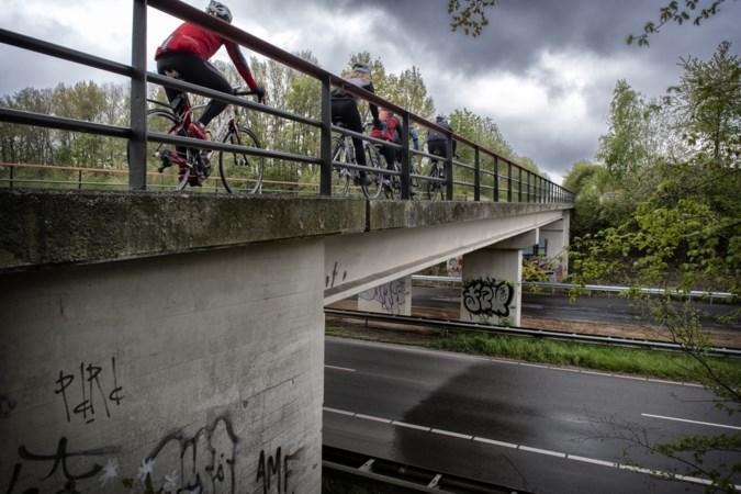 Al fietsend over het enige dal-viaduct in de 'mooiste snelweg van Nederland'