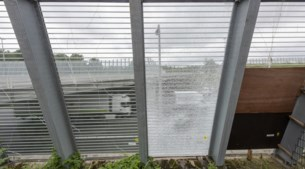 In totaal 365 glazen panelen langs de A73 bij Venlo liggen aan gruzelementen
