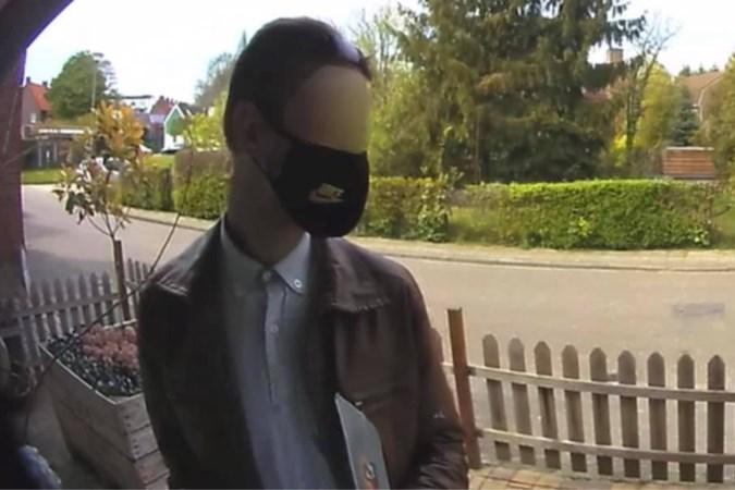 Wanneer agenten hem aanspreken blijkt dove Duitse man die deuren langsgaat opeens weer te kunnen horen en praten