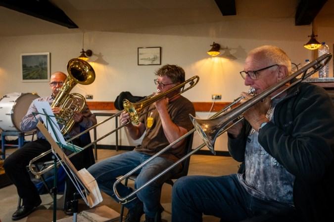 Muziekkapel EigeWies uit Schipperskerk maakt al 35 jaar met veel plezier muziek, maar komt leden te kort