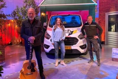 Zangeres uit Elsloo zingt op landelijke televisie duet met Rowwen Hèze: 'Wilde altijd al met deze band op de bühne staan'