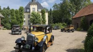 Fraai historisch beeld in Herkenbosch: tour van oude Citroëns vanaf kasteel Daelenbroeck